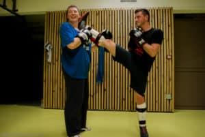 Les étirements à la fin de l'entraînement loisirs de boxe française