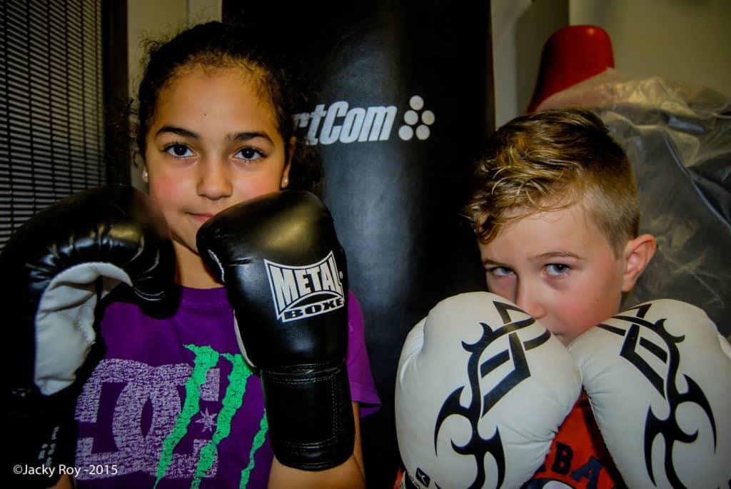 Deux enfants du cours de boxe française enfants